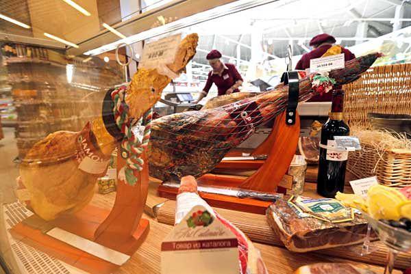 Rosyjscy eksperci nie przewidują zapaści na rynku produktów spożywczych. W ich opinii, embargo na towary z 32 krajów wpłynie stymulująco na rodzimych producentów. Od czwartku, 7 sierpnia, obowiązuje zakaz wwozu do Rosji mięs, owoców, warzyw i ryb z krajów, które wcześniej nałożyły sankcje na Rosję.