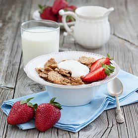 Płatki śniadaniowe pszenne i z otrębami, z dodakiem cukru, orzechów i owoców