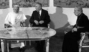 Jan Paweł II, Edward Gierek i kard. Stefan Wyszyński podczas I pielgrzymki papieża do Polski w 1979 r.