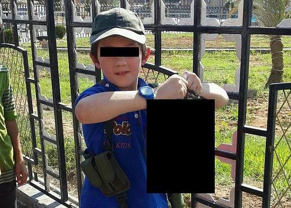 Opublikował w internecie zdjęcie syna, trzymającego odciętą głowę syryjskiego żołnierza