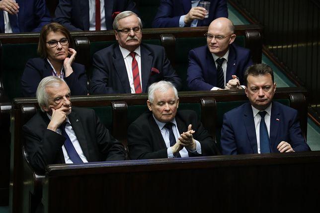 Waldemar Andzel siedzi za Mariuszem Błaszczakiem i podobnie jak on jest z Jarosławem Kaczyńskim od początku