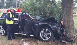 Radzyń Podlaski: 19-latek rozbił audi na drzewie. Dwie osoby nie żyją