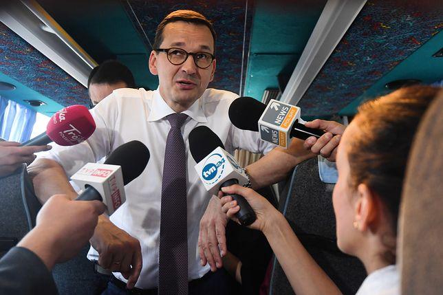 Premier Morawiecki rozmawiał z dziennikarzami po konwencji Zjednoczonej Prawicy w busie