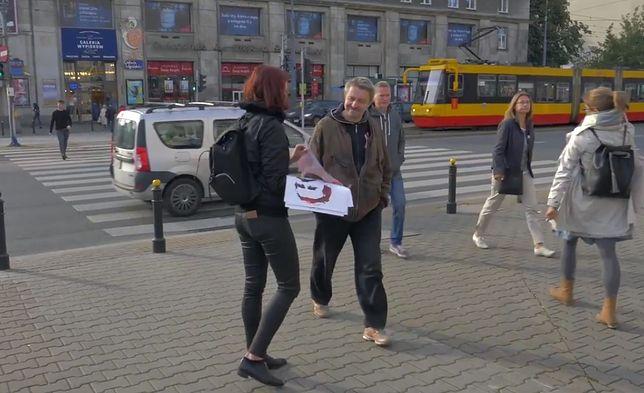 Na warszawskim Muranowie młodzi rozdają portret Wałęsy.