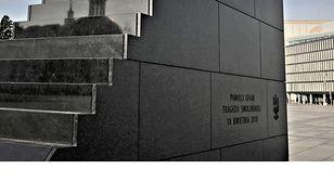 Pomnik ofiar katastrofy smoleńskiej na Placu Piłsudskiego w Warszawie