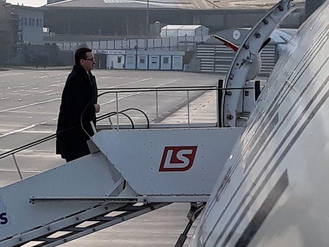 Premier wchodzi na pokład rządowego samolotu