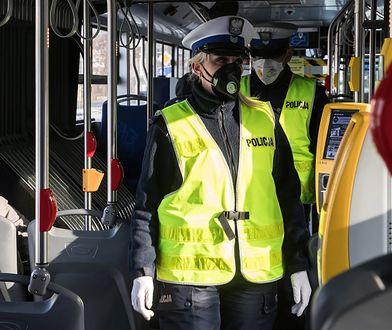 Koronawirus w Polsce. Policyjna kontrola w jednym z autobusów w Krakowie