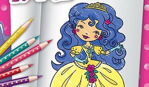 Dziewczynka koloruje księżniczki