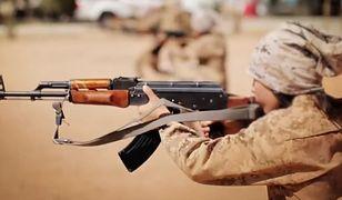 Kadr z nagrania propagandowego ISIS, którego fragment jest dostępny w serwisie YouTube