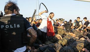 Żołnierze puczystów schwytani przez siły wierne rządowi i zwolenników Erdogana