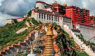 Lhasa jest odizolowana od świata także z powodu swojej lokalizacji. Leży wysoko w Himalajach, na wysokości 3490 m