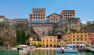 Sorrento położone nad Zatoką Neapolitańską naprzeciw Wezuwiusza, słynie z przepięknych widoków