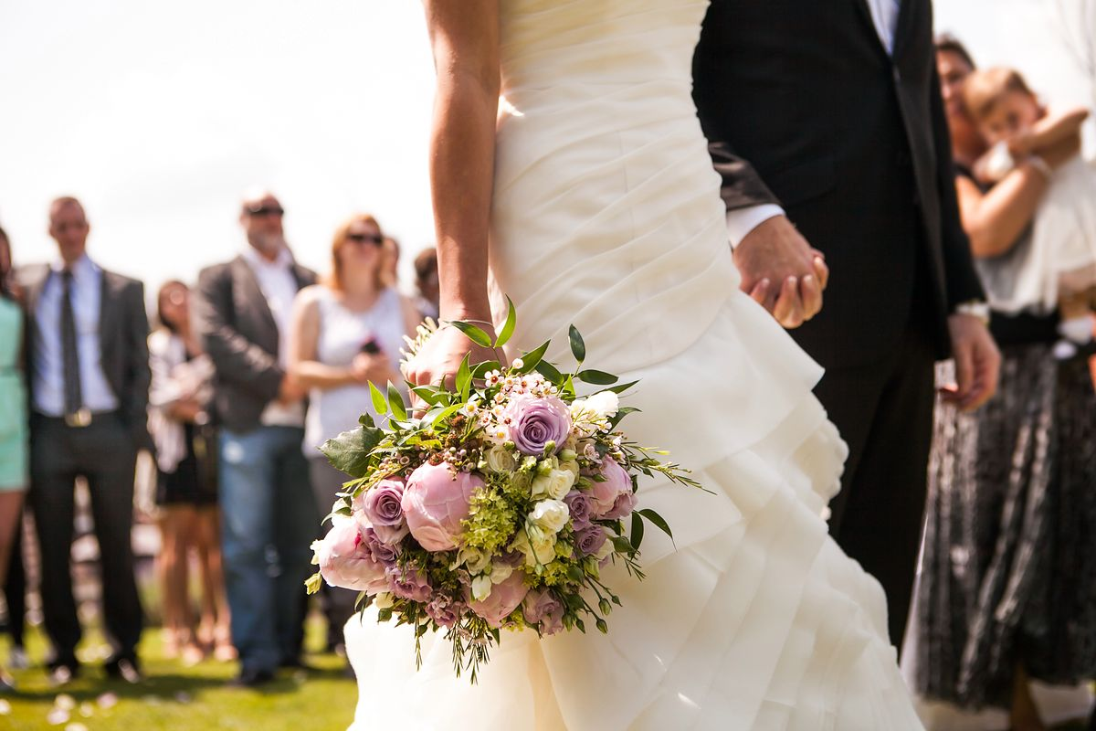Strój na wesele. Amelia wybrała spodnie i wzbudziła kontrowersje