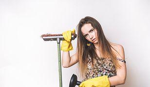 Modelka z miotłą i mopem. Seksistowska reklama sklepu wzbudziła niesmak