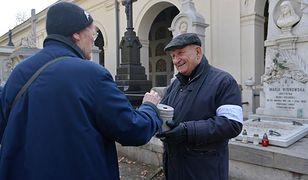 Aktor Kazimierz Kaczor podczas kwesty na Starych Powązkach w Warszawie