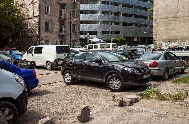 Ulica Wronia na Woli. Niedługo w dzielnicy zaczną obowiązywać nowe zasady parkowania