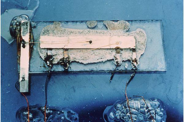 Układ scalony Jacka Kilby. Nie wygląda imponująco, choć to właśnie on stanowił prawdziwy przełom w budowie komputerów i nie tylko.