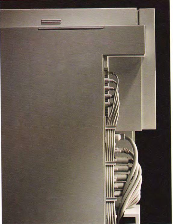 Koncepcja poprowadzenia kabli z tyłu obudowy Columbo Tower.
