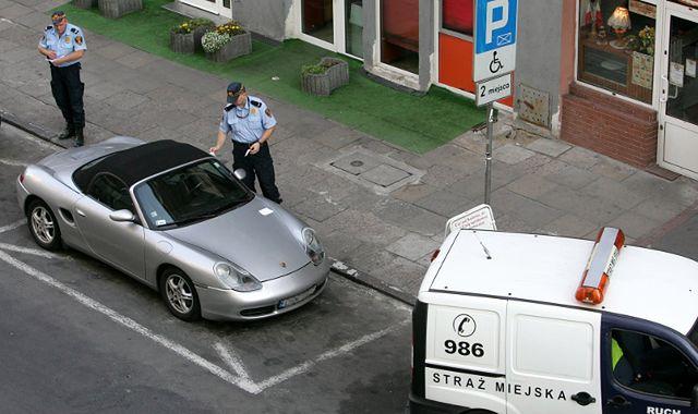 800 zł za parkowanie na kopercie, 100 zł za brak odblasku