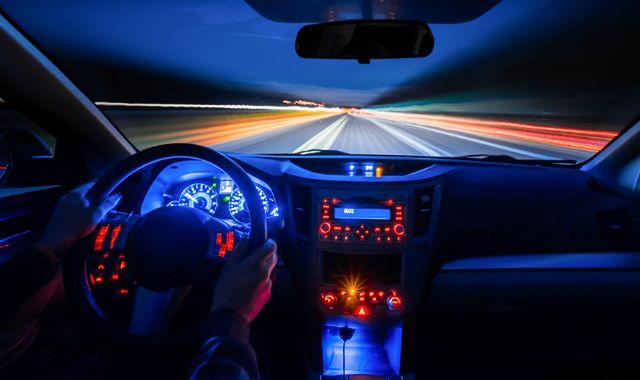 Kierowcy doceniają nowe technologie w autach. Ale na nich się nie znają
