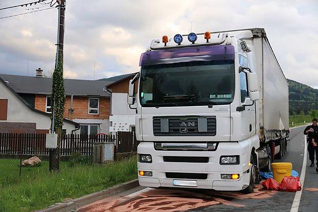 Polski kierowca zniszczył nową drogę w Czechach. Straty mogą sięgnąć miliona złotych