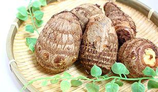 Kolokazja jadalna - włochaty ziemniak na stole
