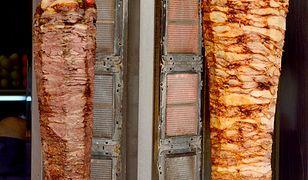 Doprawione kebaby z kurczaka lub baraniny można zamówić w zakładach mięsnych