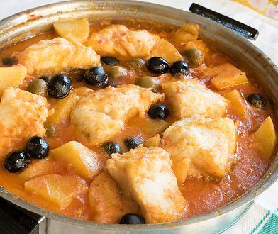 Ryba duszona w sosie pomidorowym z oliwkami