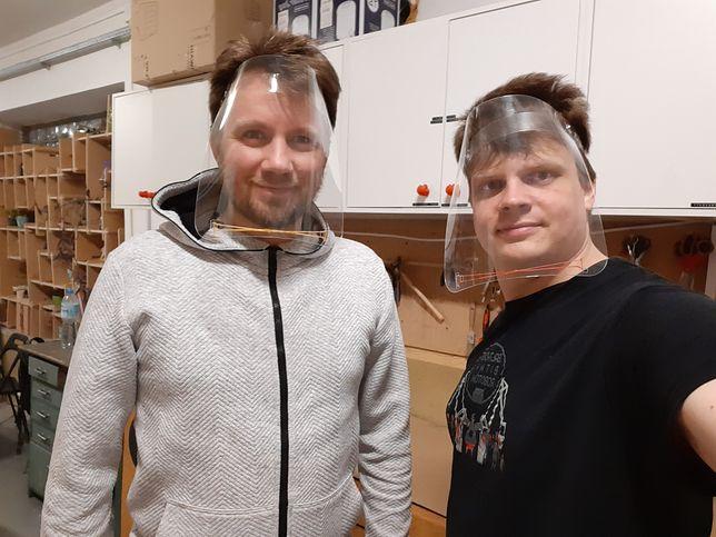 Mateusz Dyrda i Konrad Klepacki w wyprodukowanych przez siebie przyłbicach medycznych.