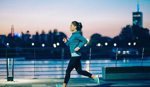 Strój do biegania powinien być dostosowany do indywidualnych preferencji i panujących warunków atmosferycznych.