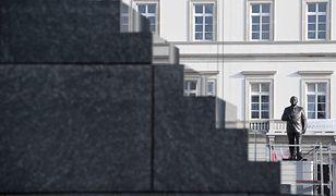 Pomnik Lecha Kaczyńskiego już stoi. W jego sąsiedztwie znajdują się monumenty upamiętniające marszałka Józefa Piłsudskiego oraz tragedię Smoleńską.