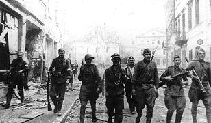 W lipcu 1944 r. doszło do radykalnej zmiany w relacjach wileńskiej AK z Sowietami. Na zdjęciu: wspólny patrol żołnierzy AK i Armii Czerwonej w Wilnie, w lipcu 1944 r.
