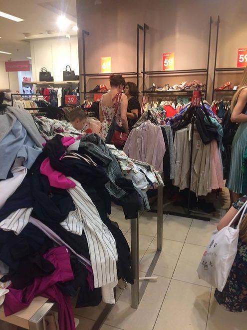 Sterty niepoukładanych ubrań, bałagan i dzikie tłumy w galeriach handlowych