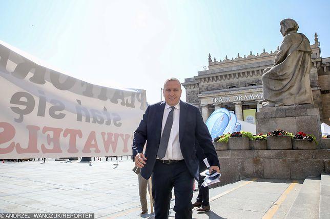"""Grzegorz Schetyna, lider PO. Za nim transparent z napisem: """"Platformo, stań się obywatelska!"""""""