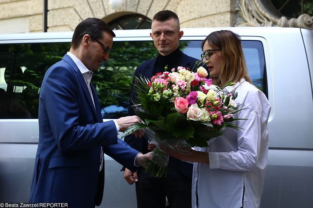 Premier wręczył rodzicom sześcioraczków kluczyki do samochodu