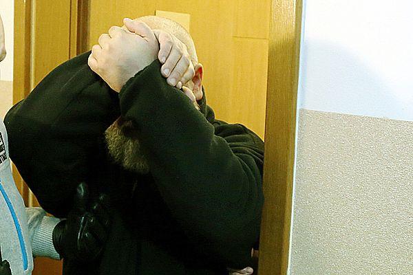 Ks. Grzegorz K. wyprowadzany po przesłuchaniu w prokuraturze w Wołominie