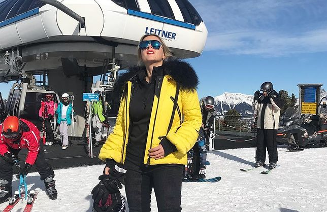"""Karolina Szostak opala się na stoku. Uwagę przykuwa """"mistrz drugiego planu"""""""