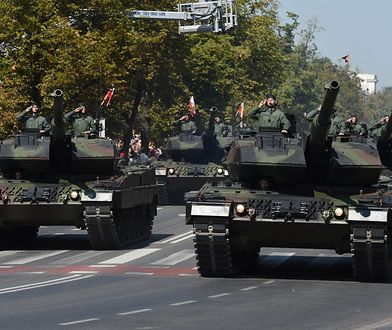 Defilada pojazdów wojskowych na ulicach stolicy