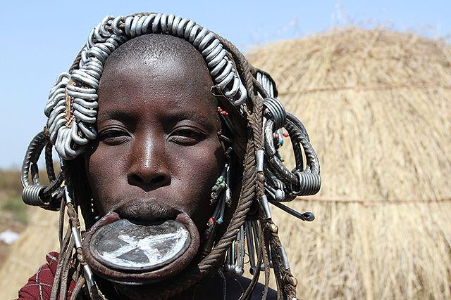 Zobacz, co te kobiety noszą w ustach - zdjęcia