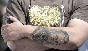 Mężczyzna w patriotycznej podkoszulce, zdjęcie ilustracyjne.