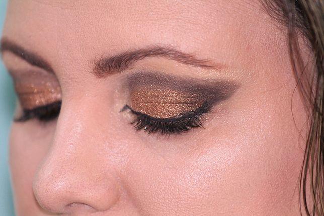 Złoty makijaż oczu może być elegancki, ale dopasowany do stylizacji codziennych