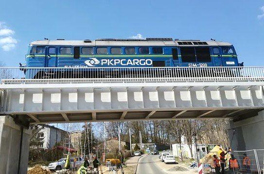 Śląskie. Jedno z przęseł dawnego mostu kolejowego nad Wisłą w Krakowie wykorzystano przy remoncie linii kolejowej do elektrociepłowni Łagisza w Będzinie.
