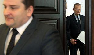 Donald Tusk w Kancelarii Premiera. Na pierwszym planie szef KPRM Tomasz Arabski.