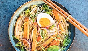 Phở gà roti. Zupa z makaronem ryżowym i grillowanym kurczakiem