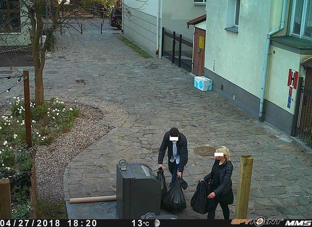 Mieszkańcy Sopotu dorzucają worki do sterty śmieci