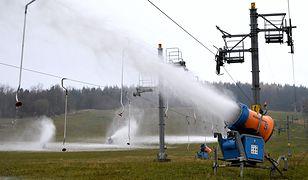 Sztuczne naśnieżanie stoku narciarskiego w Chyrowej w Beskidzie Niskim w miniony weekend