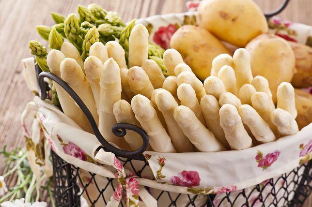 Szparagi, zwłaszcza zielone, są łatwe i szybkie do przygotowania. Przepisy ze szparagmi