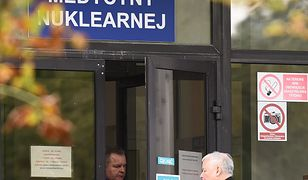 Jarosław Kaczyński był w szpitalu. Z samochodu wysiadł z kulą