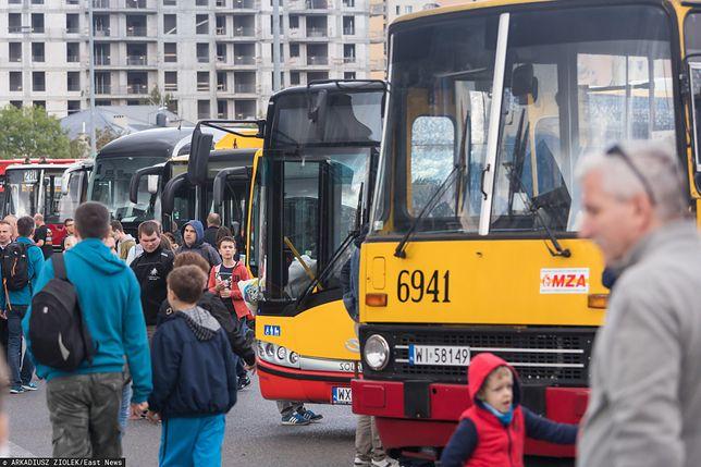 Koronawirus. Warszawa. Od poniedziałku funkcjonuje zmieniony rozkład jazdy komunikacji miejskiej.