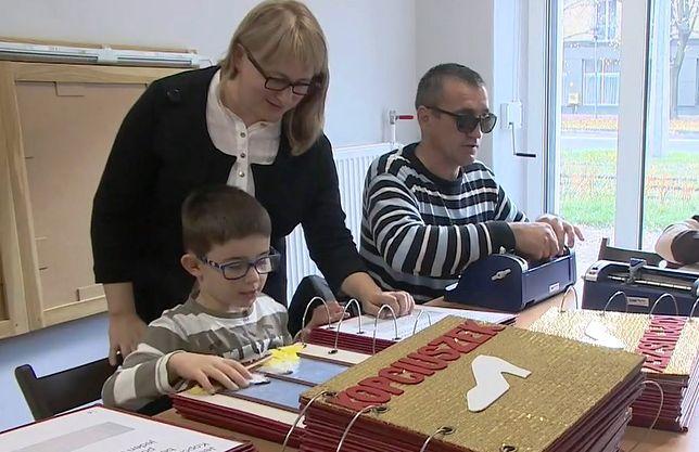 Więźniowie przygotowują książeczki dla niewidomych dzieci